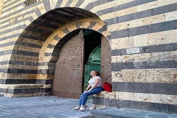 الفنانة السورية نسرين طافش