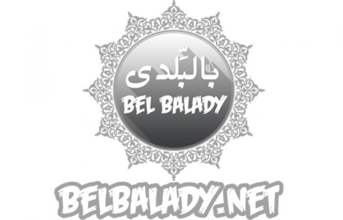 انهيار والدة أكرم حسني خلال تشييع جنازة والده.. صور بالبلدي | BeLBaLaDy